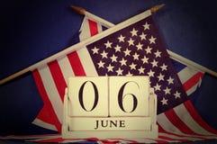 Retro- Weinleseart Invasionstagkalender und USA und britische Flaggen Lizenzfreie Stockfotos
