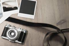 Retro- Weinlesephotographiekonzept von drei sofortigen Fotorahmenkarten auf hölzernem Hintergrund mit altem Kamera- und Filmstrei Stockbilder