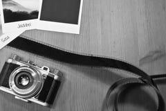 Retro- Weinlesephotographiekonzept von drei sofortigen Fotorahmenkarten auf hölzernem Hintergrund mit altem Kamera- und Filmstrei Stockfotos