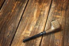 Retro- WeinleseTabakpfeife auf Holztisch Stockfoto