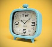 Retro wekker bij het gele 3D teruggeven wordt als achtergrond geïsoleerd die Stock Afbeeldingen