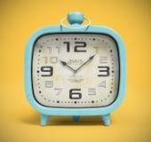 Retro wekker bij het gele 3D teruggeven wordt als achtergrond geïsoleerd die Royalty-vrije Stock Fotografie