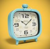 Retro wekker bij het gele 3D teruggeven wordt als achtergrond geïsoleerd die Royalty-vrije Stock Afbeeldingen