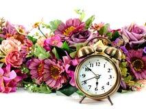 Retro wekker met bloemen op witte achtergrond stock fotografie