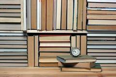 Retro wekker op een achtergrond van boeken Boekachtergrond Royalty-vrije Stock Foto