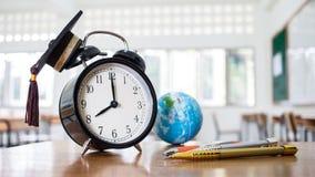 Retro wekker 2 uur, linkerkant op lijstleraar met oor Royalty-vrije Stock Afbeeldingen