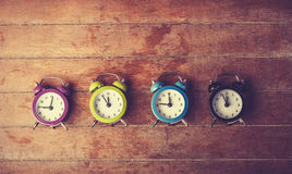 Retro wekkers op een lijst. Stock Foto