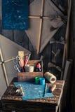Retro- Werkstatt mit dem Drachen und Sachen, zum sie zu machen Lizenzfreie Stockfotografie