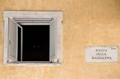 Retro wit open venster in de stad Royalty-vrije Stock Fotografie