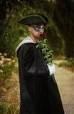 Retro wizerunek romantyczny tajemnica mężczyzna trzyma róży Obrazy Royalty Free
