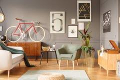 Retro  Wohnzimmer Mit Poster Lizenzfreie Stockbilder