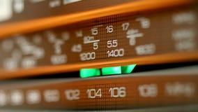 Retro wood radio som söker för stationer i olika radiofrekvenser stock video