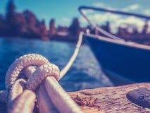 Retro- Yacht im Hafen Stockfotografie