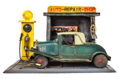 Retro zabawkarski samochodowy remontowy sklep odizolowywający na bielu Zdjęcia Royalty Free