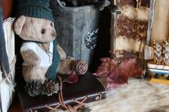 Retro zabawki niedźwiadkowa i stara książka Zdjęcia Stock