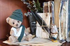 Retro zabawki niedźwiadkowa i stara książka Obrazy Royalty Free