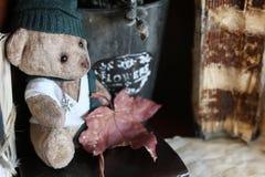 Retro zabawki niedźwiadkowa i stara książka Fotografia Royalty Free