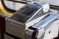 Retro- Zahlungsmaschinenkarte im Bus stockfoto
