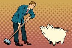 Retro zakenman wil het leuke spaarvarken breken Stock Foto