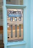 Retro- Zigarettenmaschine der Weinlese Stockfotos