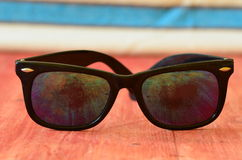 Retro zonnebril op bruine houten achtergrond Stock Afbeeldingen