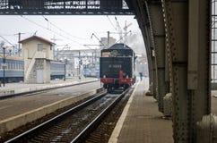 Retro- Zug des alten sowjetischen Weinleseschwarzen mit einem roten Stern am Bahnhof in Lemberg produziert Dampf aus den Rohren u Lizenzfreies Stockfoto