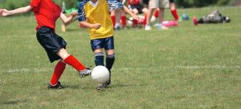 Retrocedendo a esfera de futebol no campo 2 Fotografia de Stock Royalty Free