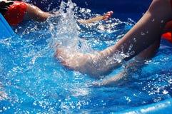 Retroceso con el pie en piscina Fotografía de archivo libre de regalías