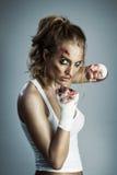Retroceso de Kickboxer por la pierna Fotos de archivo