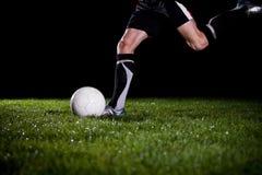 Retroceso de la bola con el pie Imagenes de archivo