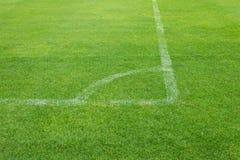 Retroceso de la esquina del fútbol en hierba Imagenes de archivo