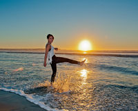 Retroceso de la resaca de la puesta del sol con el pie Fotos de archivo libres de regalías