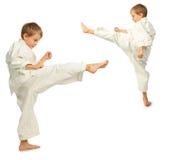 Retroceso de los muchachos del karate por el pie Foto de archivo libre de regalías