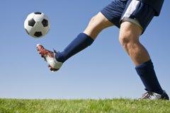 Retroceso de un balón de fútbol con el pie Imagen de archivo libre de regalías
