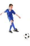 Retroceso de un balón de fútbol con el pie Imagen de archivo