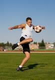 Retroceso de un balón de fútbol con el pie Imágenes de archivo libres de regalías
