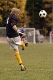 Retroceso del balón de fútbol Fotografía de archivo