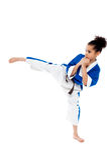 Retroceso practicante del karate del pequeño niño Imágenes de archivo libres de regalías