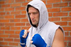 Retrocesso de Kickboxer pelo pé Fotos de Stock Royalty Free