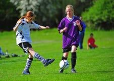 Retrocesso do futebol da juventude das meninas Foto de Stock