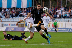 Retrocesso do jogador de futebol a esfera na área de penalidade foto de stock