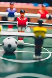 Retrocesso dos jogadores do jogo de futebol do futebol da tabela foto de stock