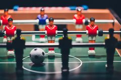 Retrocesso dos jogadores do jogo de futebol do futebol da tabela fotos de stock royalty free