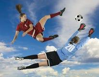 Retrocesso e Goalie do futebol imagens de stock royalty free
