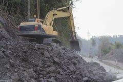 Retroexcavadora: Construcción de carreteras en el kho pH de Khao de las montañas foto de archivo