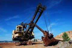 Retroexcavadora grande de las máquinas de la vieja explotación minera Fotografía de archivo