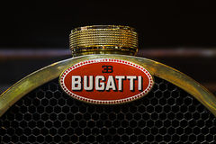 RetroMobile - París 2016 - logotipo de Bugatti imagen de archivo