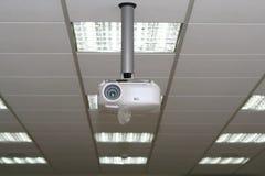 Retroproyector bajo techo en la sala de reunión Fotografía de archivo