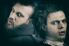 Retrostil von zwei kühlen eleganten verärgerten Vampiren Stockfoto