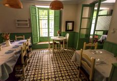 Retrostilinnenraum des Restaurants mit lustigem Dekor, Weinlesedetails und Tabellen für Besucher lizenzfreies stockbild
